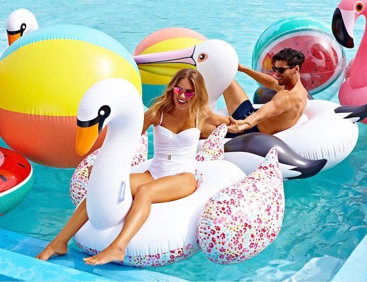bouee geante cygne flamand rose pool party blog deco clematc