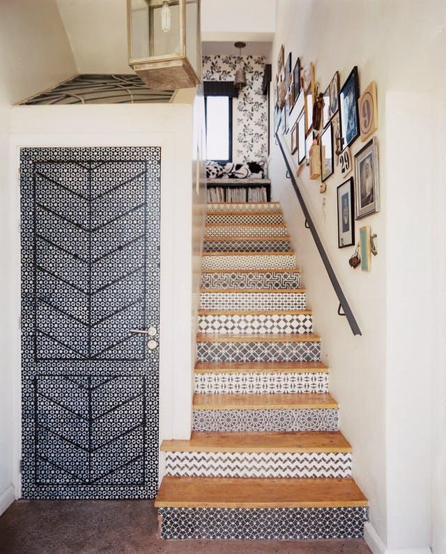 décorer une porte papier peint graphique noir blanc blog déco