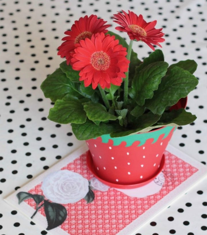 diy cache pot deco fraise peinture ete jardiniere clem around the corner