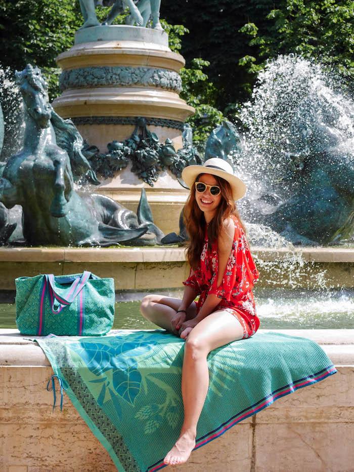 plage a paris le jacquard français fontaine paris jardin du luxembourg serviette de bain bleu vert sac assorti clemaroundthecorner blog déco