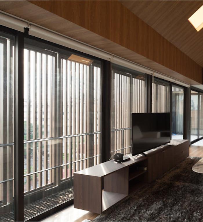 appartements à bangkok salon blanc vue vitres marbre mur en bois