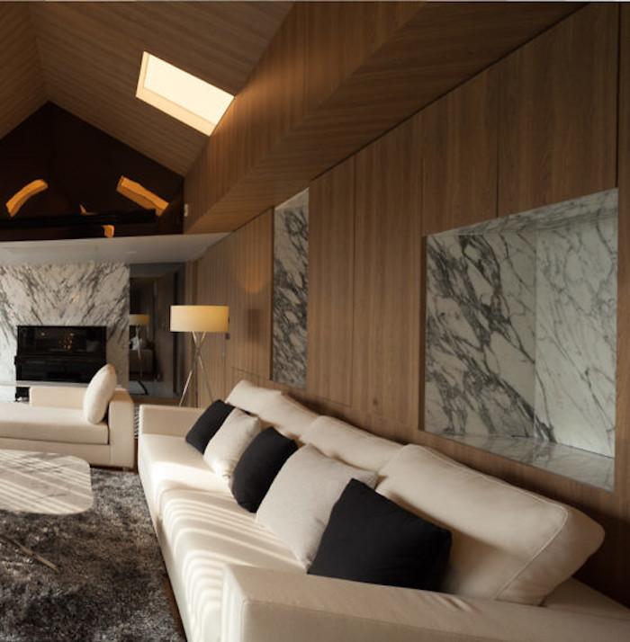 appartements à bangkok salon blanc vue vitres marbre mur en bois canapé