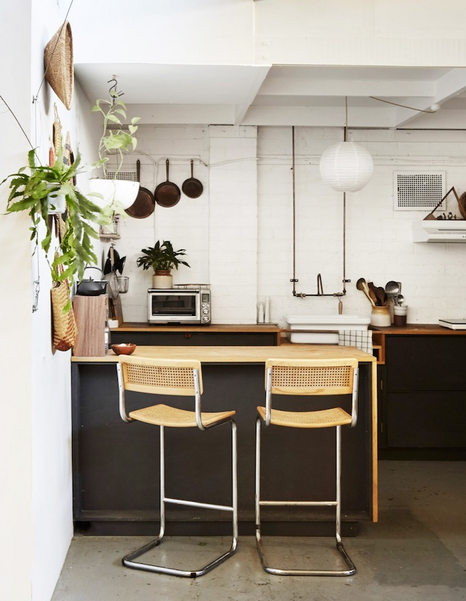 décoration maison dans un loft cuisine ouverte tabouret chaise bar cannage blog déco clemaroundthecorner
