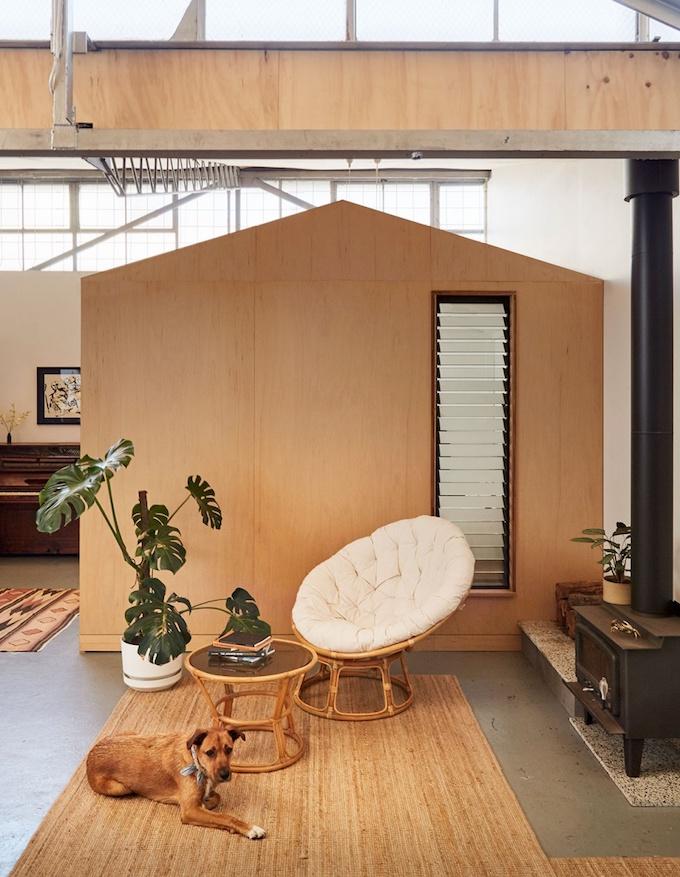 décoration maison dans un loft chaise rotin ronde coussin blog déco clemaroundthecorner