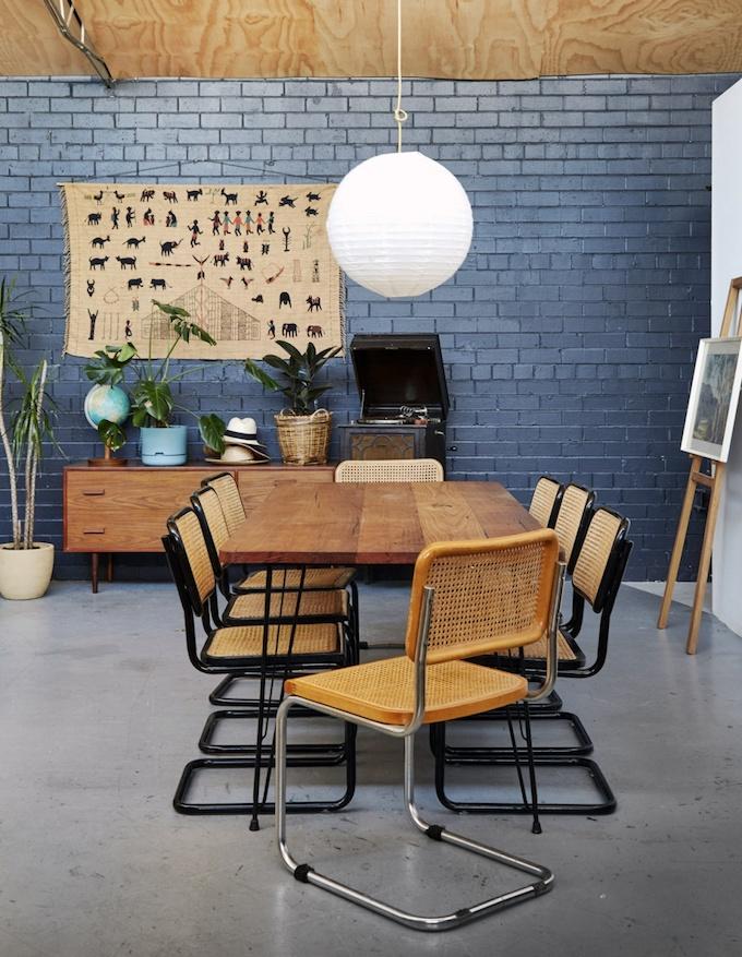 décoration maison dans un loft salle à manger mur briques bleu blog déco clemaroundthecorner