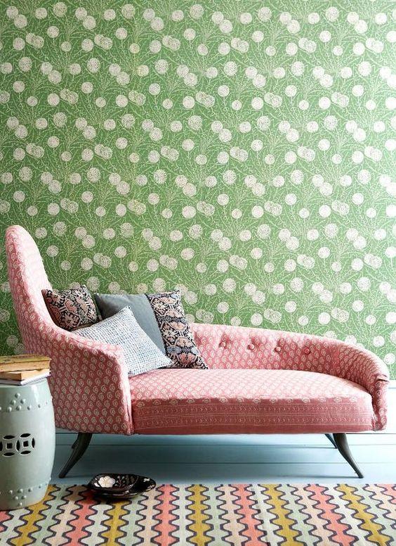 nuance de vert grennery rose motif papier peint canapé
