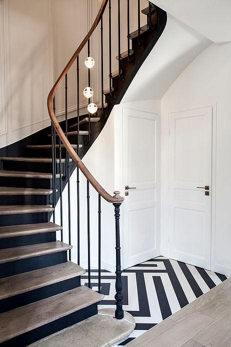 escalier noir blanc maison de 210m2 blog deco clemaroundthecorner