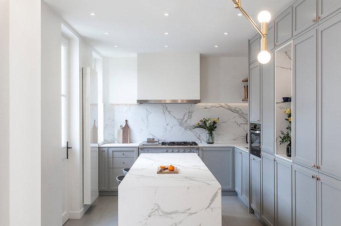 cuisine marbre blanc grise laiton maison de 210m2 blog deco clemaroundthecorner