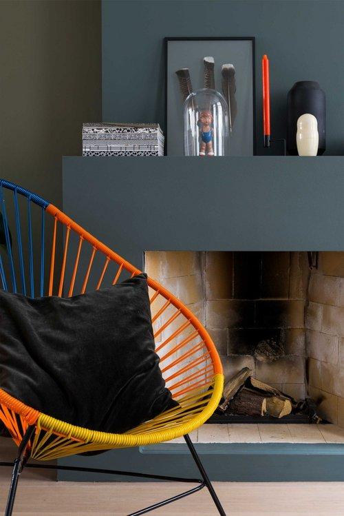 appartement bohème aux couleurs froides cheminée chaise acapulco blog déco clemaroundthecorner