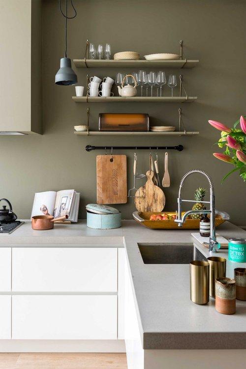 appartement bohème aux couleurs froides cuisine blanche mur vert kakik gris blog déco clemaroundthecorner