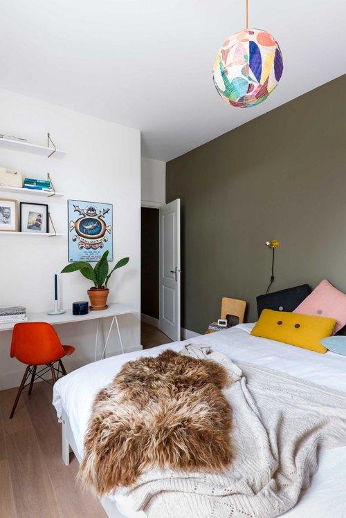 appartement bohème aux couleurs froides chambre parentale mur vert kaki blog décoration intérieure clemaroundthecorner