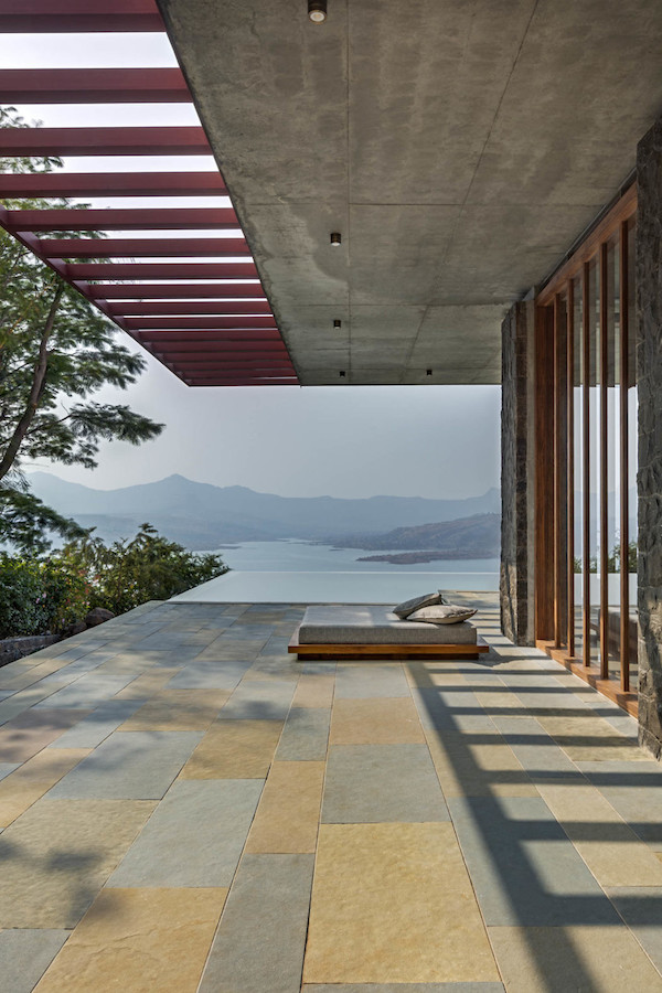 villa béton et bois vue sur lac terrasse piscine lit extérieur nature montagne inde