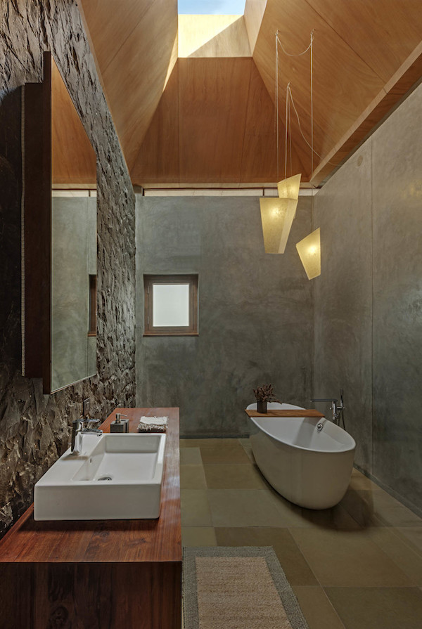 salle de bain intime cosy béton et bois inde