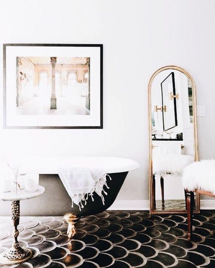 salle de bain Art Déco noire et blanche doré baignoire ilot vintage