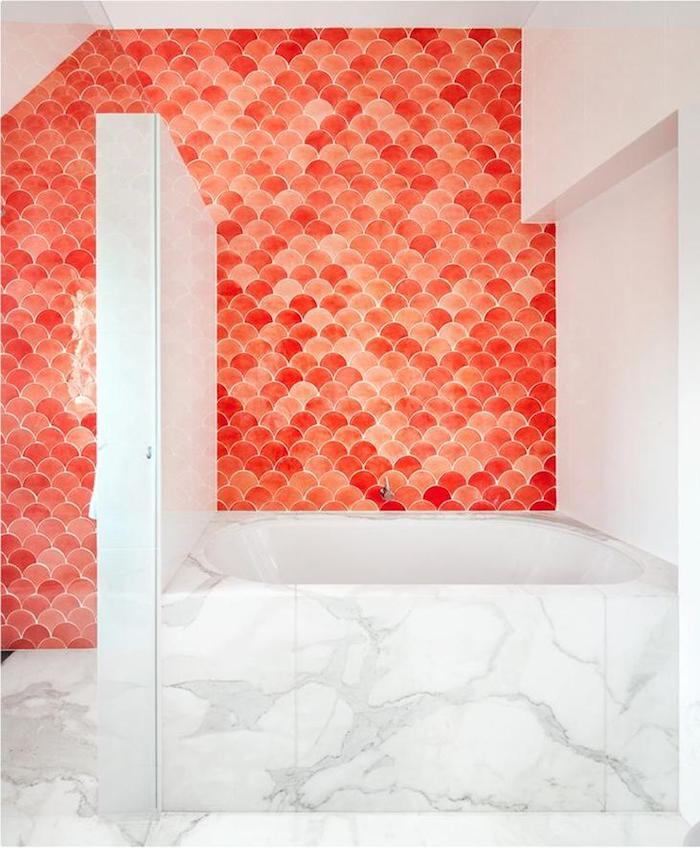 salle de bain orange crédence mural blanc marbre