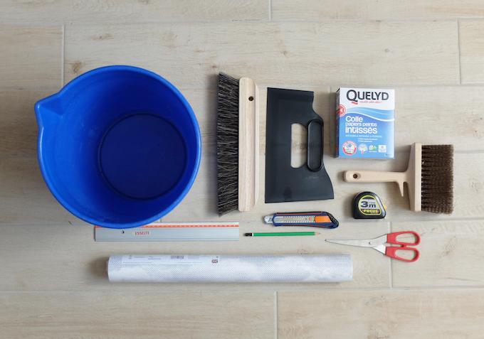 DIY comment pose du papier peint intissé technique conseil et matériel