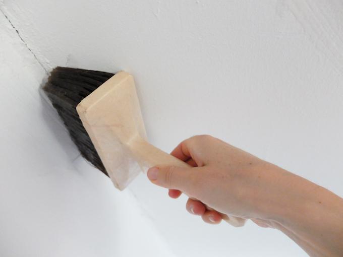 DIY comment pose du papier peint intissé encollage angles brosse spécifique