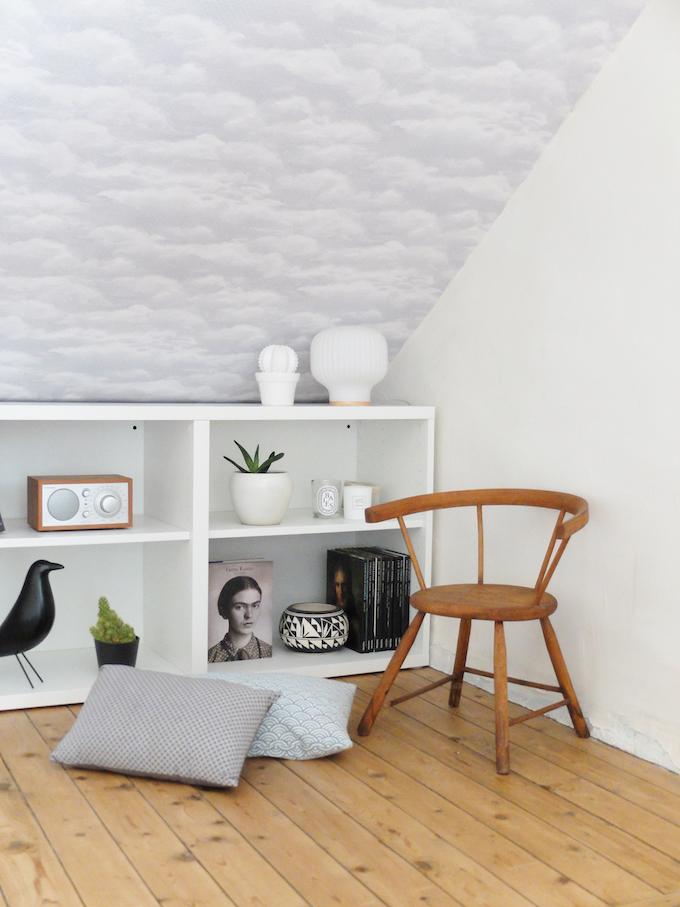 DIY comment pose du papier peint intissé conseil sous pent blogeuse déco clemaroundthecorner