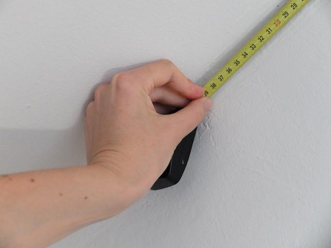 DIY comment pose du papier peint intissé mesure mur sous-pente astuces