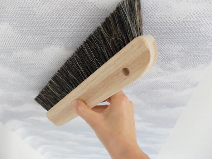 DIY comment pose du papier peint intissé conseils marouflage blogueuse décoration clem around the corner