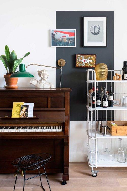 appartement bohème aux couleurs froides coin piano salon blog décoration intérieure clemaroundthecorner