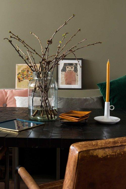 appartement bohème aux couleurs froides salle à manger mur vert kaki blog déco clemaroundthecorner