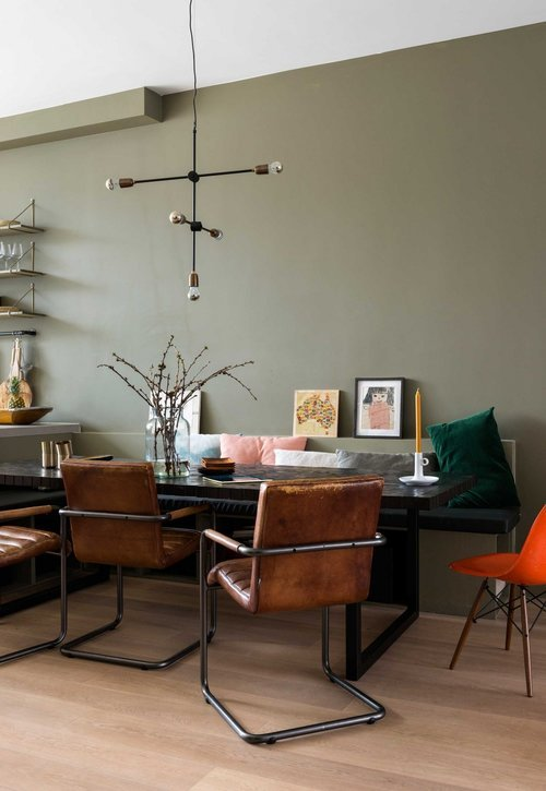 appartement bohème aux couleurs froides salle à manger table 3 mètres blog déco clemaroundthecorner