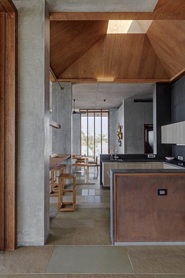 cuisine noire intérieur vitre fenêtre toit béton et bois