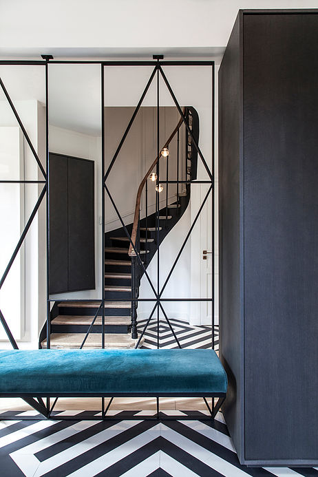 entree graphique velours bleu canard banc maison de 210m2 blog deco clemaroundthecorner