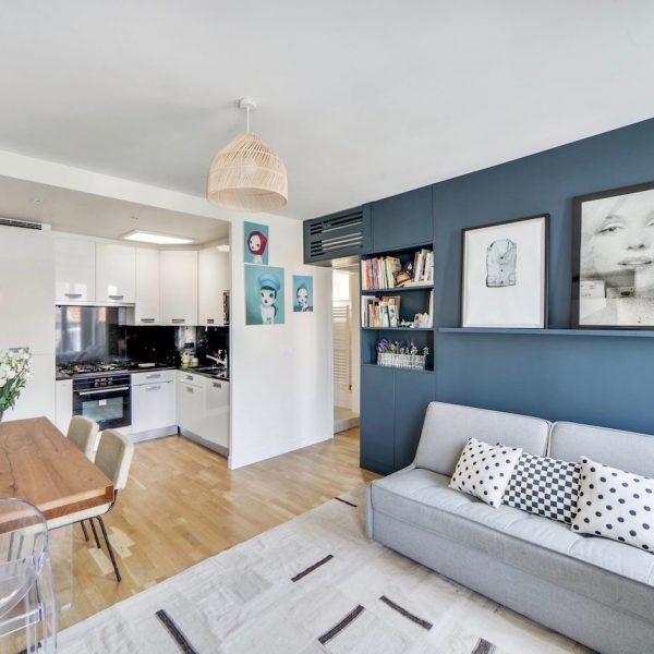 appartement familial 37m2 paris mur salon bleu foncé - blog déco - clem around the corner