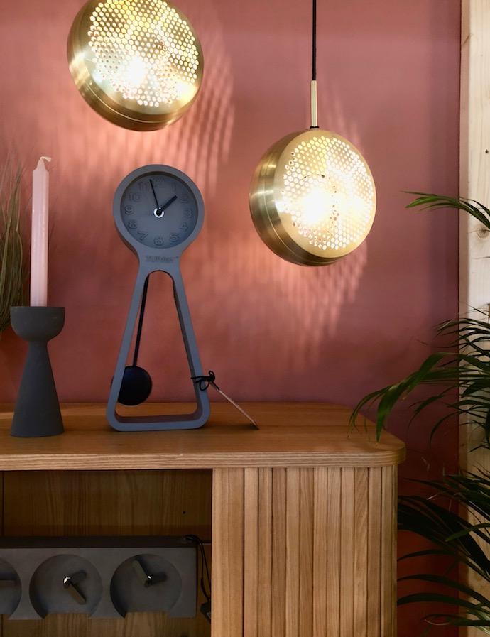 buffet malin en bois massif  salon scandinave mur rose horloge retro vintage géante