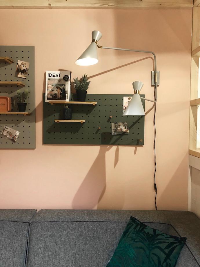 salon scandinave coin lecture pegboard kaki mur rose vieux
