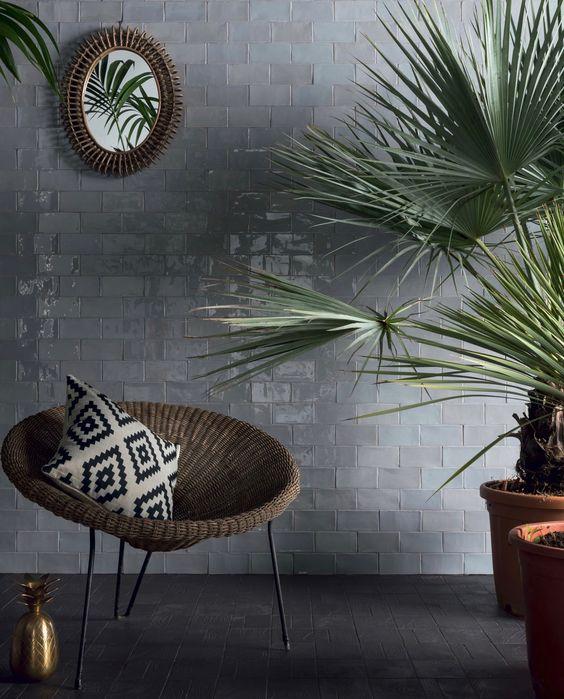 pièce eau mur zellige rectangle gris reflet brillant carrelage design fauteuil rotin palmier