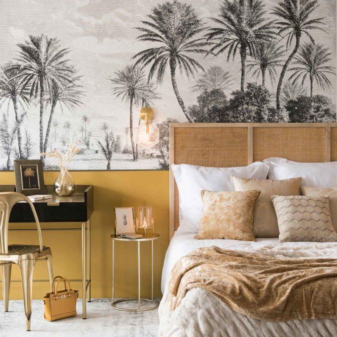 lit en manguier massif cannage déco coloniale chambre chambre exotique papier peint palmier peinture ocre jaune moutarde