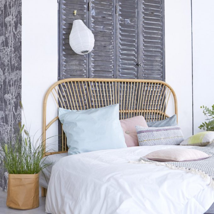 tete de lit en rotin rayure minimaliste deco exotique chambre cosy clem around the corner