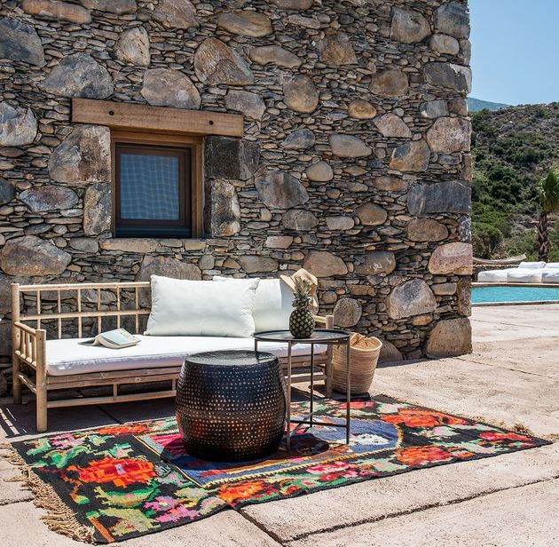 Aménagement coin salon extérieur piscine tapis coloré motif graphique fleur pixel - blog décoration - clem around the corner