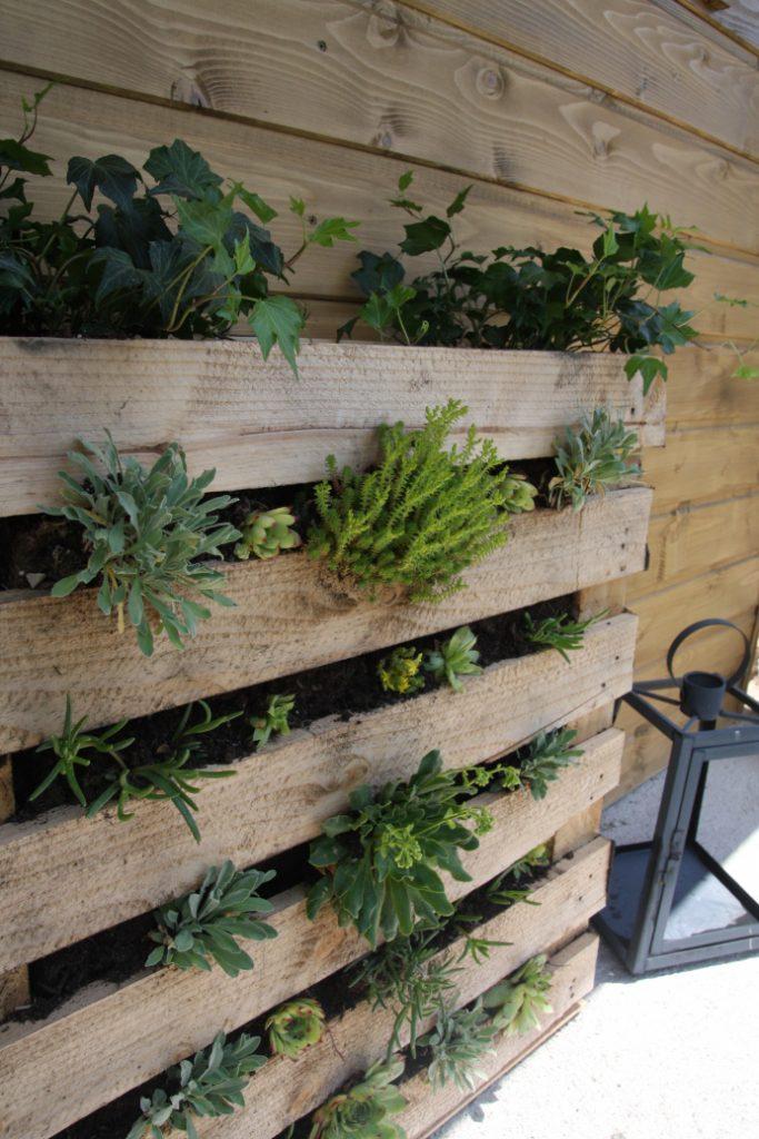 cloison original balcon en  palette pot fleur plante diy blog déco clemaroundthecorner
