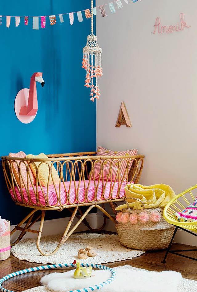 chambre enfant multicolore mur bleu lit rotin osier rangement ludique trophée mural flamant rose