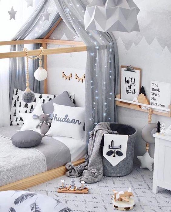 chambre enfant nuance gris scandinave lit cabane grise montagne étagère décoration pompon bois