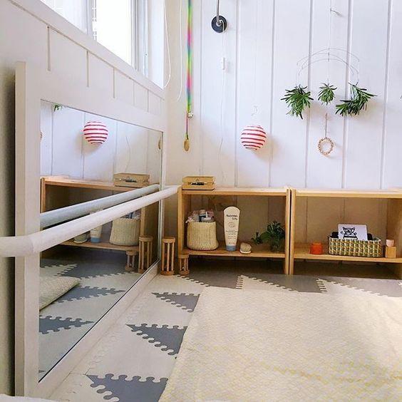 aménagement chambre Montessori miroir horizontal grise blog déco clem around the corner