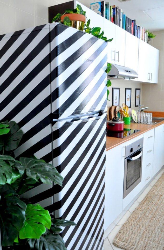customiser le frigo avec de la peinture rayures rayure etape tuto blog création déco clem around the corner