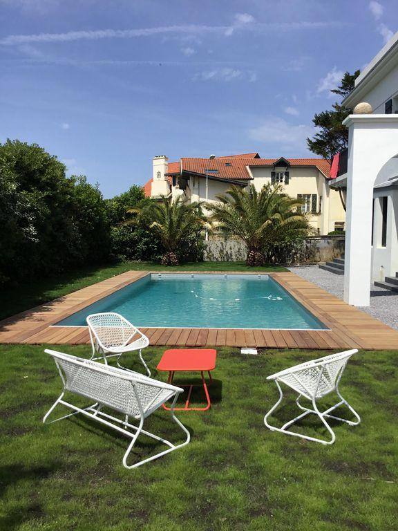 villa avec rooftop à Biarritz croisette fermob blanc corail blog déco clemaroundthecorner