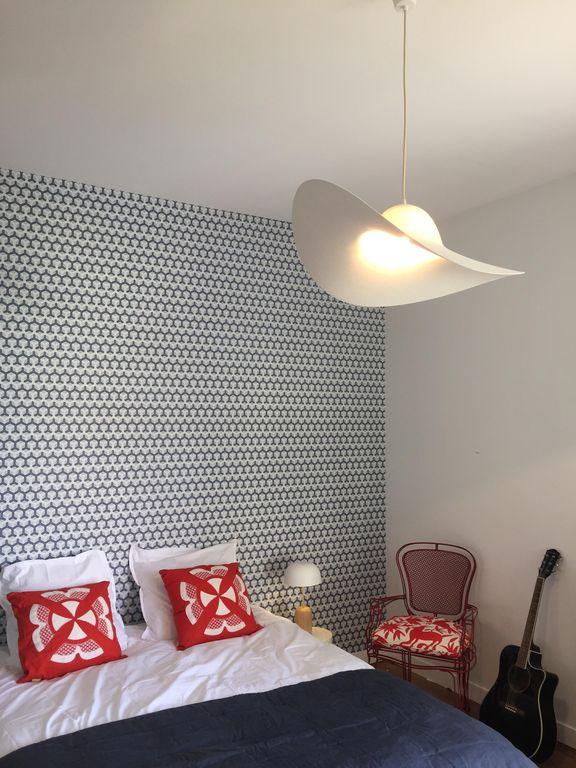 villa avec rooftop à Biarritz chambre lampe chapeau blanc location airbnb blog déco clemaroundthecorner