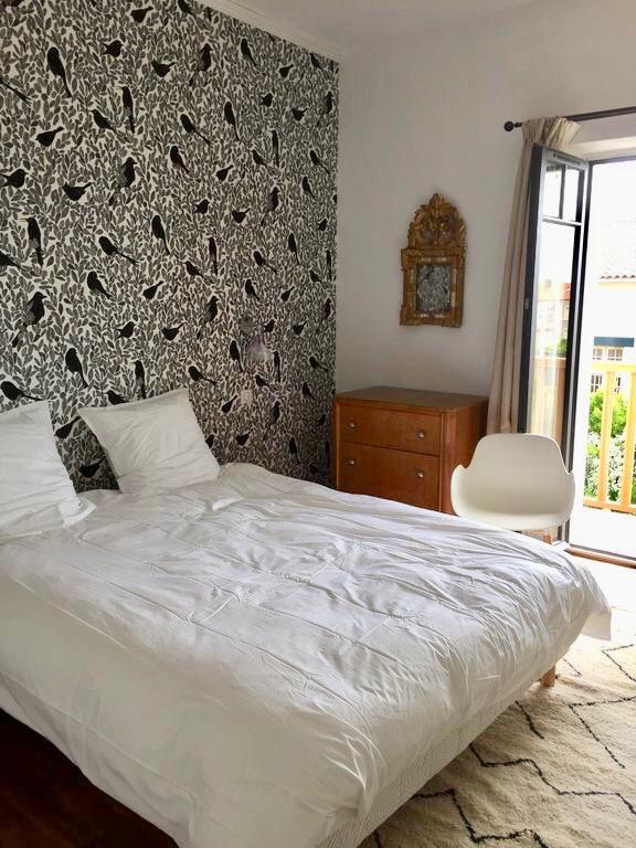 villa avec rooftop à Biarritz chambre papier peint oiseau noir blanc blog déco clemaroundthecorner