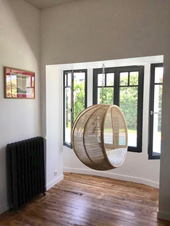 villa avec rooftop à Biarritz fauteuil suspendu fenêtre blog déco clemaroundthecorner