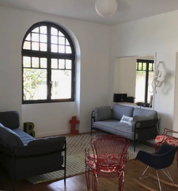 villa avec rooftop à Biarritz salon mix and match lampe singe seletti blog déco clemaroundthecorner