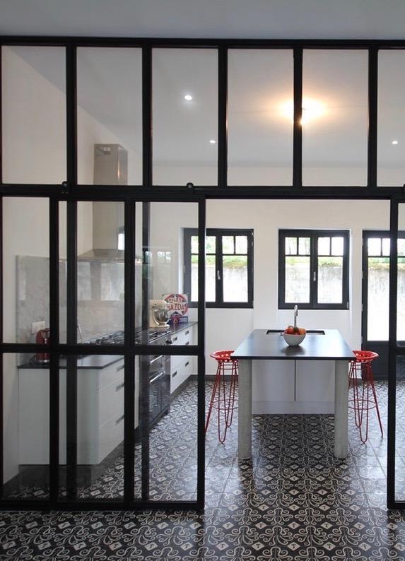 villa avec rooftop à Biarritz cuisine verrière noir et blanc carreau de ciment blog déco clemaroundthecorner