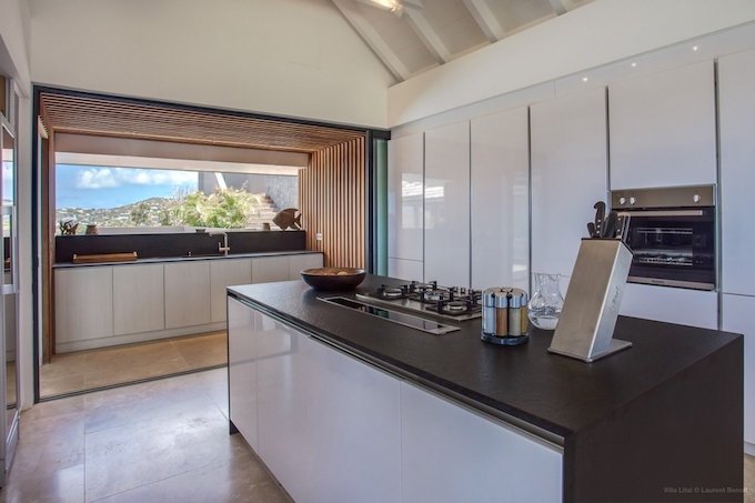 un coin de paradis aux antilles cuisine marron blanche design ilot central blog deco clemaroundthecorner