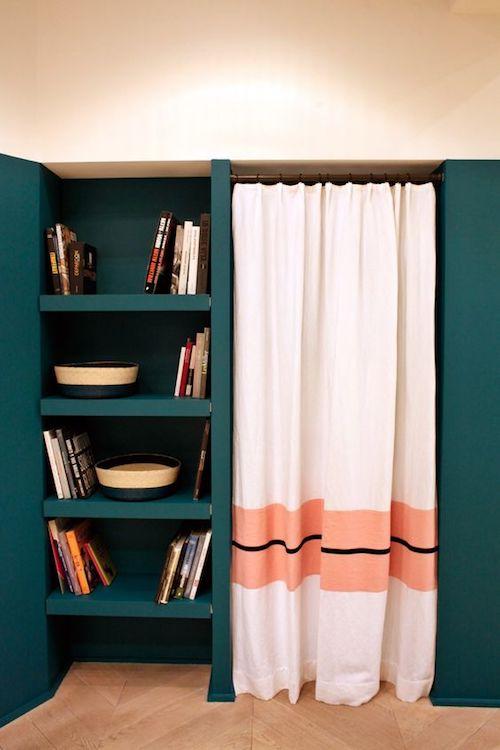 aménager 20m2 appartement bibliothèque bleu vert canard rideau blog déco