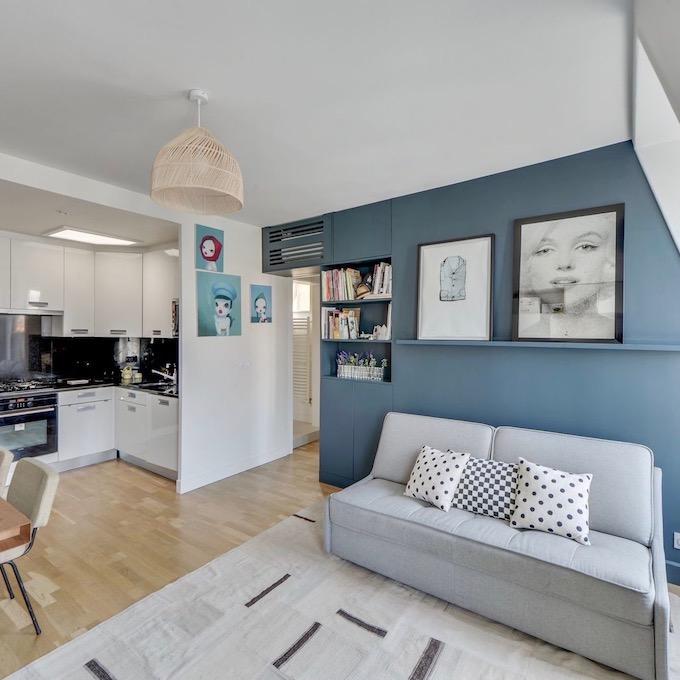 Visite d co vivre en famille dans un 37m2 clem around the corner - Deco salon gris et bleu ...